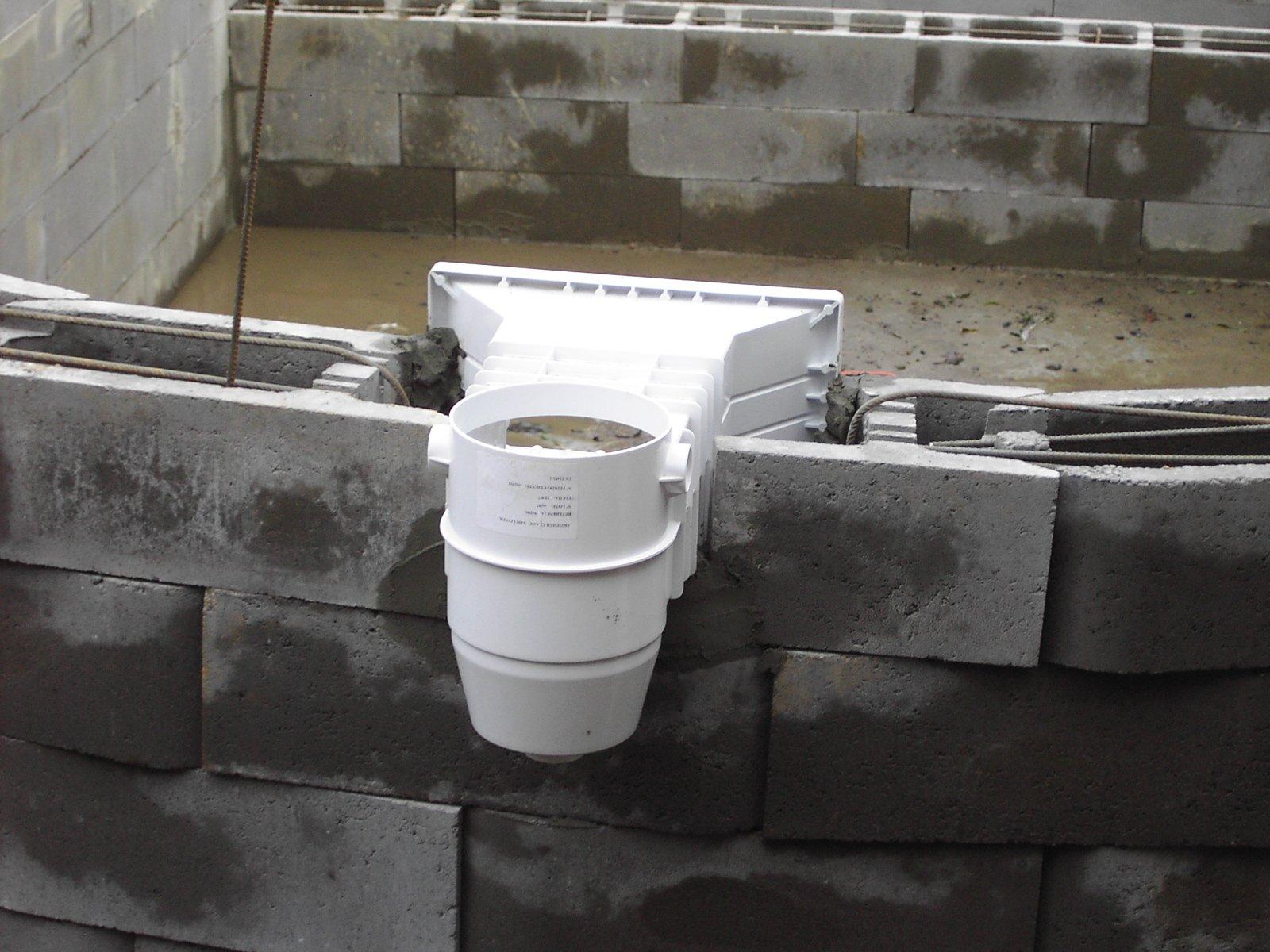 11 la mise en place des pi ces sceller la for Prix skimmer piscine beton